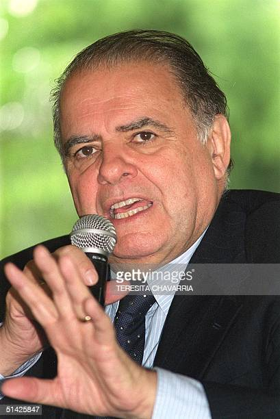 Enrique Iglesias president of the Interamerican Bank of Desarrollo speaks 19 May 2000 during a functionary of the government in a hotel in San Jose...