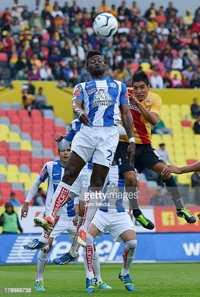 Enrique Pereza of Morelia struggles for the ball with Duvier Riascos of Pachuca during the game between Morelia v Pachuca as part of the Apertura...