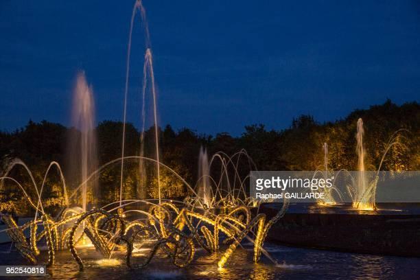 Ensemble de trois sculptures fontaine éclairées la nuit qui transcrive d'une façon allégorique les danses de Louis XIV lors de l'inauguration de la...