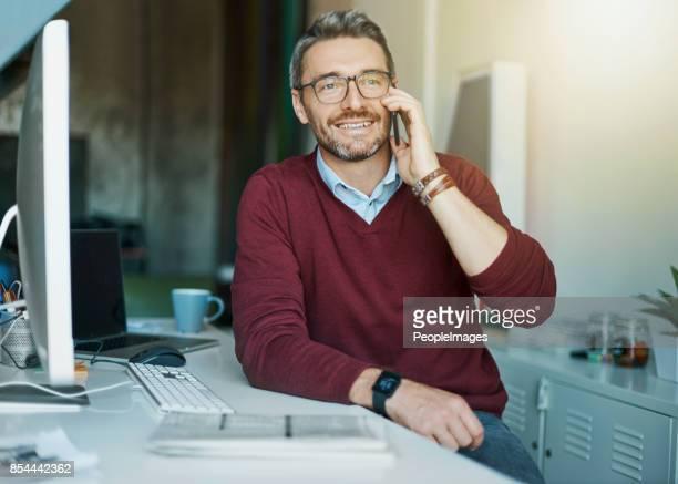 garantindo a seus clientes não são nada, mas 100% feliz - só um homem maduro - fotografias e filmes do acervo