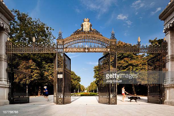 entance to el retiro - madrid´s main park - 門 ストックフォトと画像
