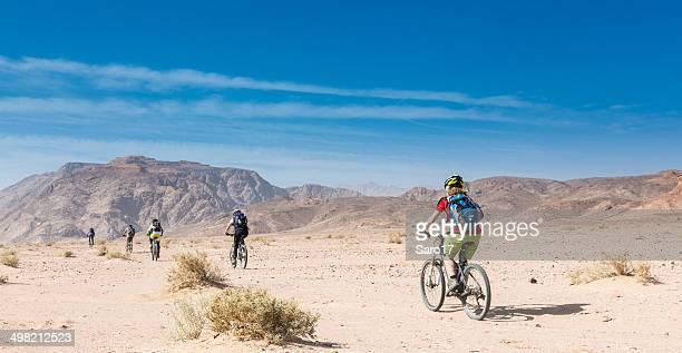 eingabe des jordan wüste - frau beine breit stock-fotos und bilder