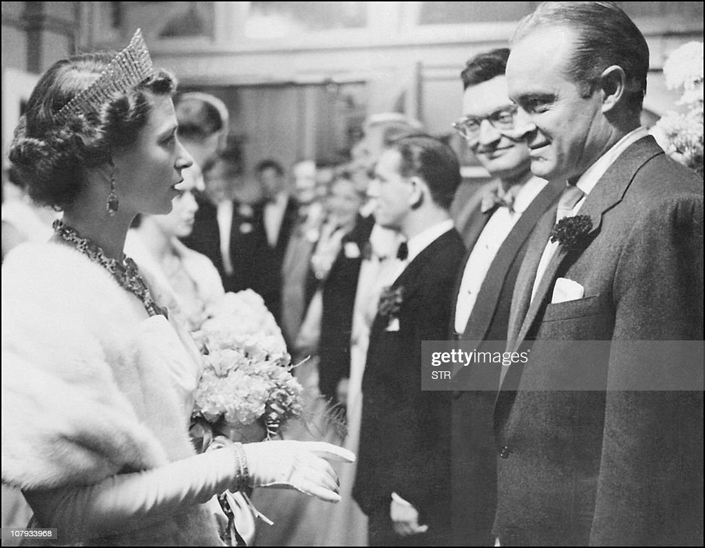 US entertainer Bob Hope is greeted by Qu : News Photo