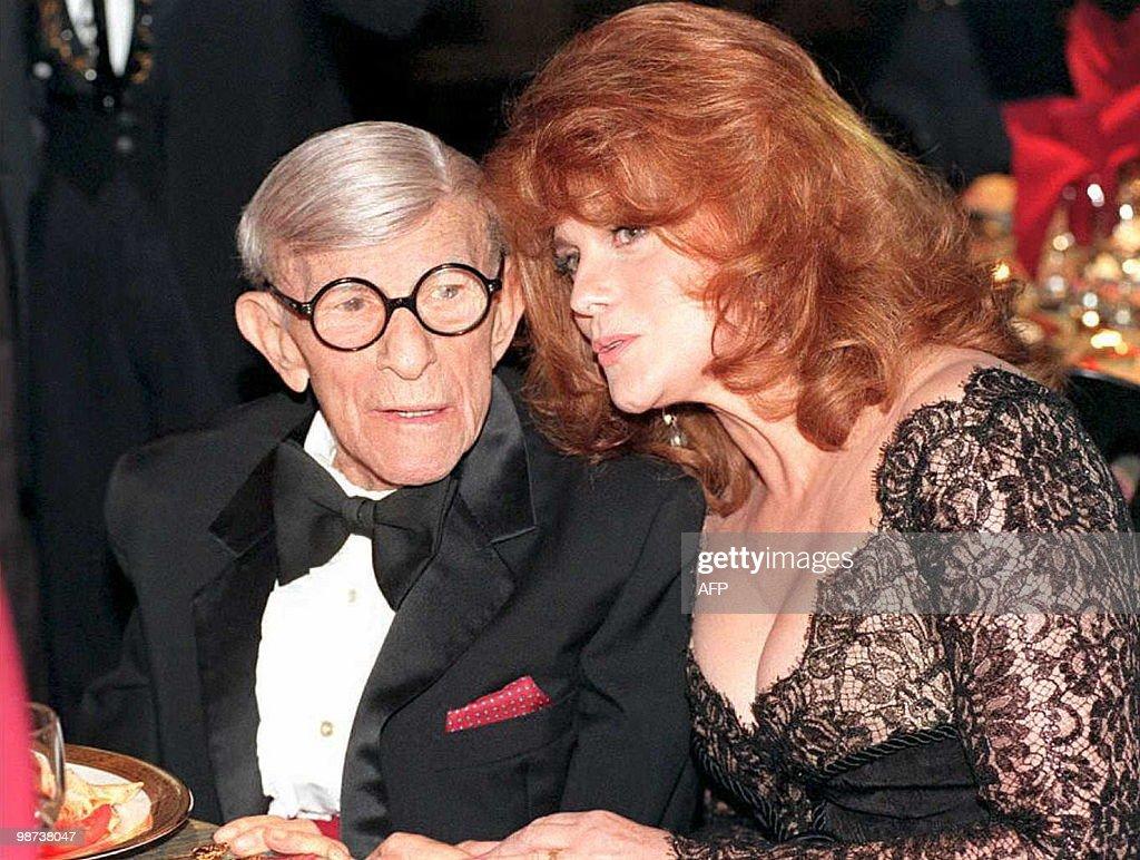 US entertainer George Burns (L) talks wi : News Photo