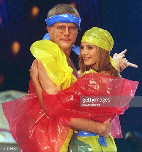 """Entertainer Harald Schmidt und das deutsche Top-Model Heidi Klum führen nach verlorener Wette bei der Samstagabend-Show """"Wetten, daß...?"""" am..."""