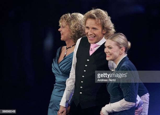 Entertainer Thomas Gottschalk and the actresses Gabriele von Thun and Anna Loos smile before the live broadcast of German TV show Wetten dass at the...