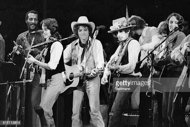 Entertainers Joni Mitchell Richie Havens Joan Baez Jack Elliott and Bob Dylan perform at a Madison Square Garden benefit concert for Rubin Hurricane...