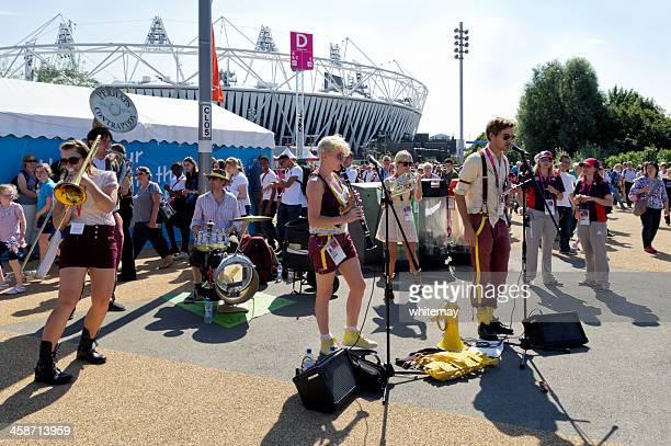 entertainment in london's olympic park - olympisch park sportlocatie stockfoto's en -beelden
