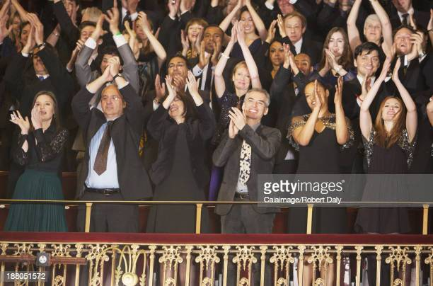 Enthousiaste public Taper dans les mains de personnes en configuration théâtre et balcon