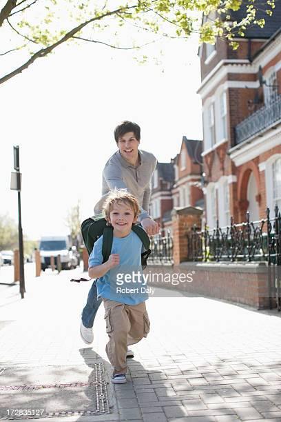 Enthusiastische Junge mit Rucksack