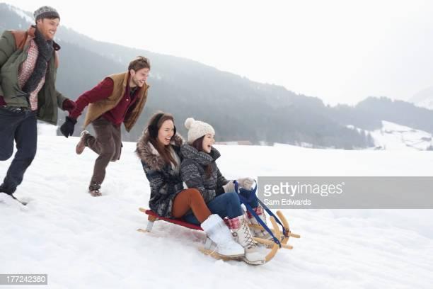 Amis enthousiastes de la luge dans la neige field