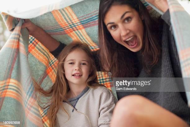 Enthousiaste mère et fille Sous couverture