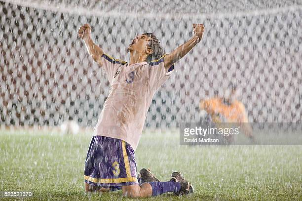 enthusiastic soccer player cheering after goal - marquer un but photos et images de collection