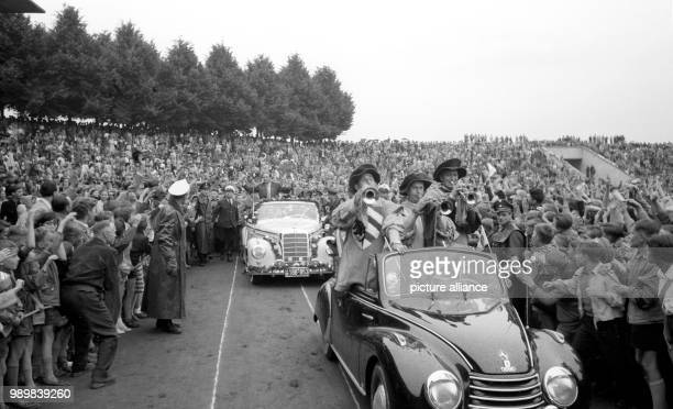 Enthusiastic welcome for the German internatinoal player Max Morlock Nuremberg's stadium on July 7th 1954 in front of 30000 spectators Morlock is...