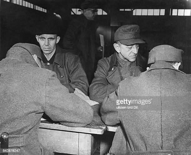 Entlassung von deutschen Kriegsgefangenen in der USZone in Bad Aibling Ausfüllen des Personalbögen mit Hilfe des Soldbuches der zu entlassenden...