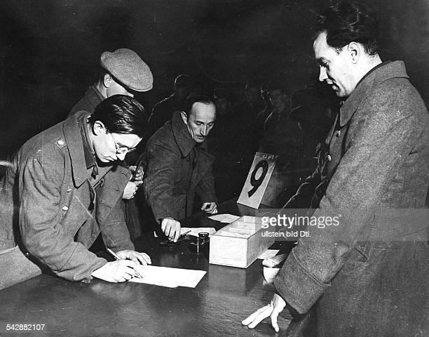 Entlassung von deutschen Kriegsgefangenen in der USZone in Bad Aibling Unterschreiben des Entlassungsscheines Februar 1946