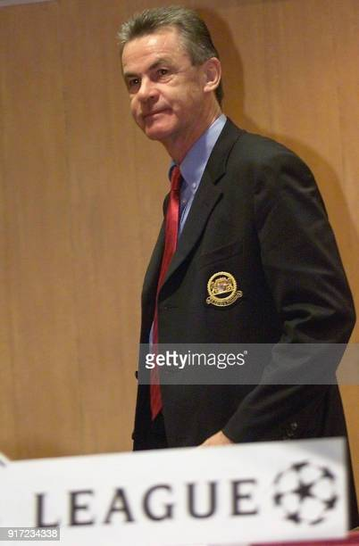 L'entraineur allemand Ottmar Hitzfeld de l'équipe du Bayern de Munich quitte la salle de presse le 23 septembre 2002 dans un hôtel de Lesquin à la...