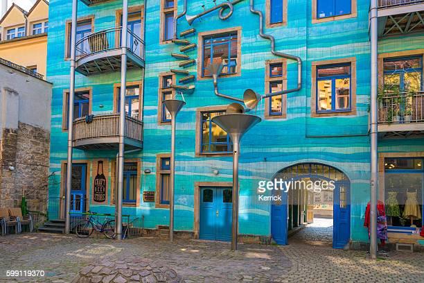 Eingang des Kunsthofpassage Dresden mit farbenfrohen Geschäften