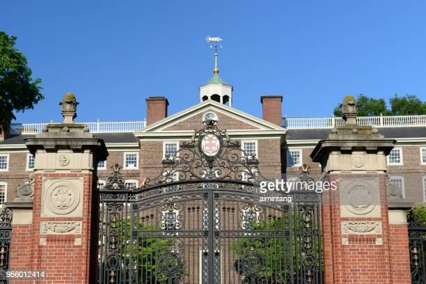 entrance gate in the campus of brown university - brown imagens e fotografias de stock