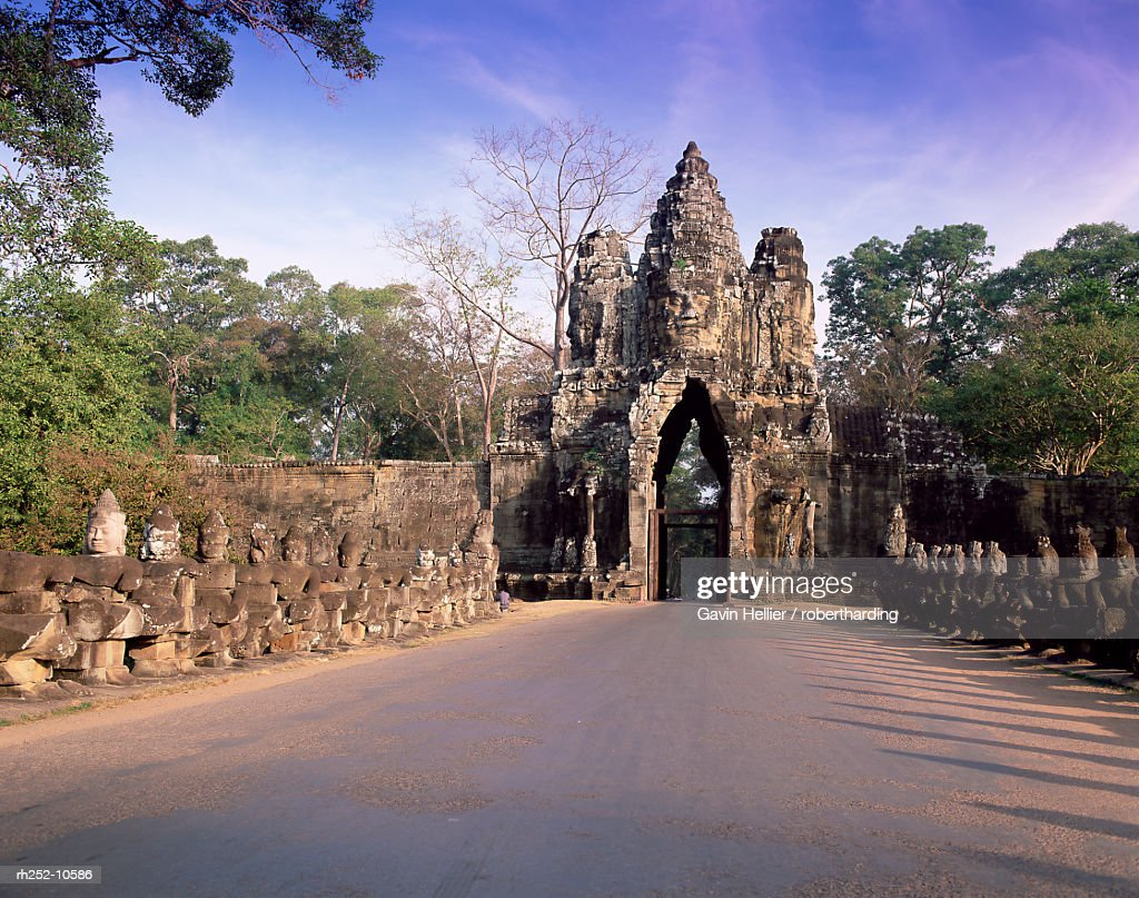 Entrance gateway to Angkor Thom, temples of Angkor, UNESCO World Heritage Site, Angkor, Siem Reap Province, Cambodia, Indochina, Southeast Asia, Asia : Foto de stock