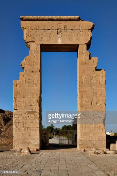 entrance into dendera temple complex - tempelcomplex van dendera stockfoto's en -beelden