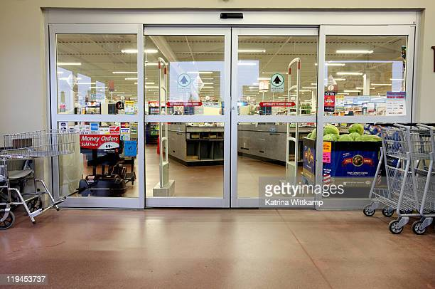 entrance of grocery store. - deur stockfoto's en -beelden