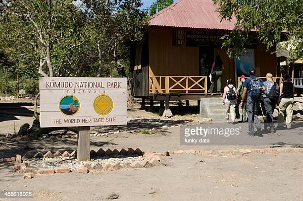 entrada del parque nacional de komodo - komodo fotografías e imágenes de stock