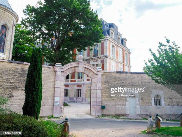 entrée du château saint-michel à rully, en bourgogne, france - michel beaune photos et images de collection