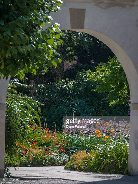 entrance to a flower garden - dorte fjalland photos et images de collection