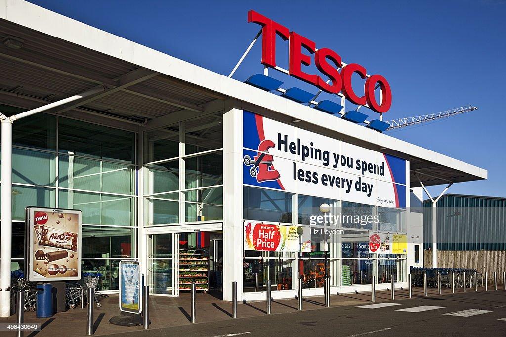 Ingresso di un supermercato Tesco in Scozia. : ストックフォト