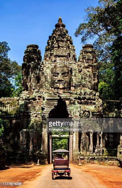 entrance to angkor wat archeological park, siem reap. - シェムリアップ ストックフォトと画像