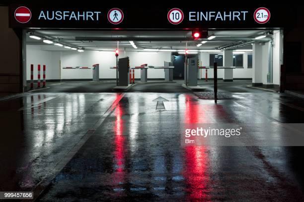 entrada para o parque de estacionamento depois da chuva pesada, alemanha - obstruir - fotografias e filmes do acervo