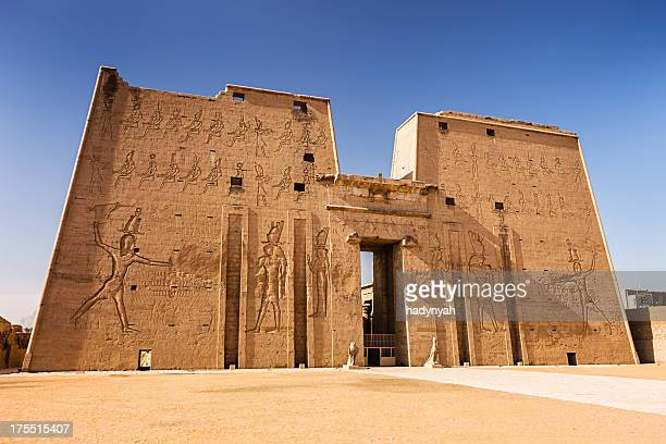 entrance to edfu temple of horus, egypt - luxor thebes stock pictures, royalty-free photos & images
