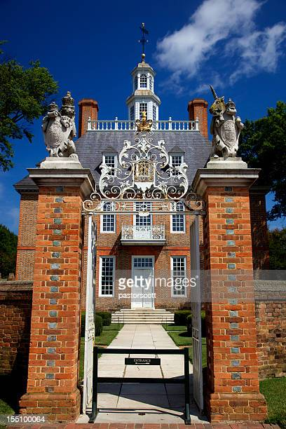 entrance to governor's palace williamsburg - williamsburg virginia stock pictures, royalty-free photos & images