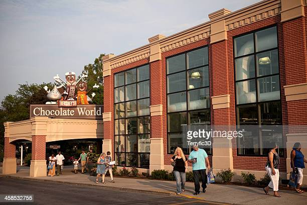 entrance to hershey's chocolate world - terryfic3d stock pictures, royalty-free photos & images