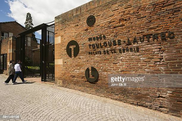 entrance to musee toulouse latrec museum - アルビ ストックフォトと画像