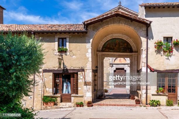 entrance to the benedictine abbey of santa maria di farfa, lazio, italy - abbazia foto e immagini stock