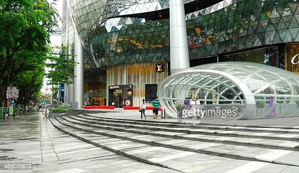 entrada del centro comercial ion orchard, singapur - orchard road fotografías e imágenes de stock
