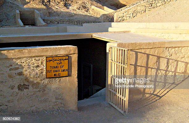 entrance to tutankhamun tomb in luxor, egypt - grabmal stock-fotos und bilder