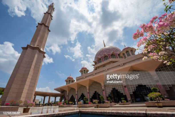 entrance view of putra mosque in putrajaya, malaysia - shaifulzamri foto e immagini stock