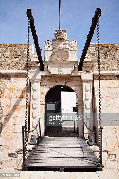 entrance with a gate to be lifted and closed; faro algarve portugal - peter forte - fotografias e filmes do acervo