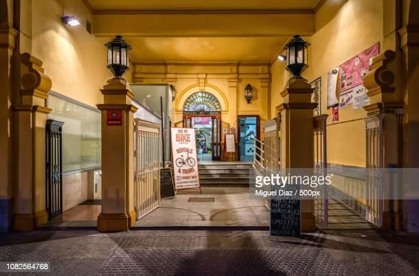 entrando al mercado del arenal (sevilla) - entrando stock pictures, royalty-free photos & images