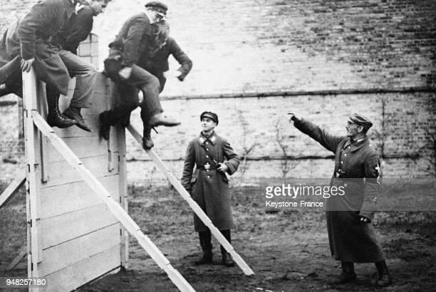 Entraînement sportif pour les prisonniers politiques allemands enfermés dans le camp de concentration d'Oranienburg Allemagne en 1933