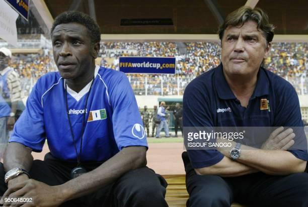 Entraîneur de l'équipe nationale de football de Côte d'Ivoire Henri Michel et son adjoint Mahama Ouattara assistent, le 06 juin 2004 au stade Félix...