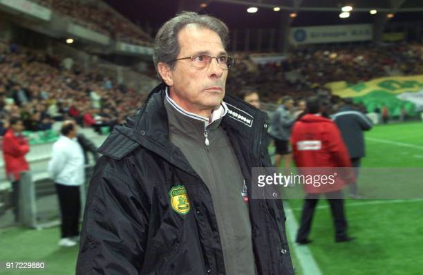 L'entraîneur de Nantes Angel Marcos regarde ses joueurs le 19 octobre 2002 sur la pelouse du stade de La Beaujoire à Nantes à l'issue du match de...