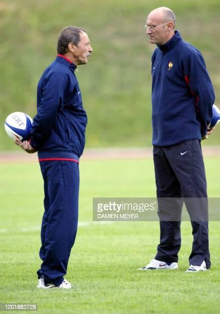 L'entraîneur français Bernard Laporte discute avec son adjoint Jacques Brunel le 23 septembre 2003 lors d'un entraînement du XV de France au centre...