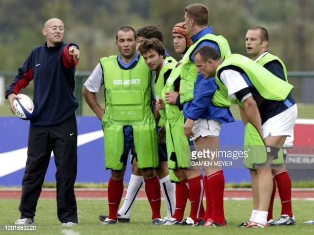 L'entraîneur français Bernard Laporte donne des instructions à ses joueurs le 23 septembre 2003 lors d'un entraînement du XV de France au centre...