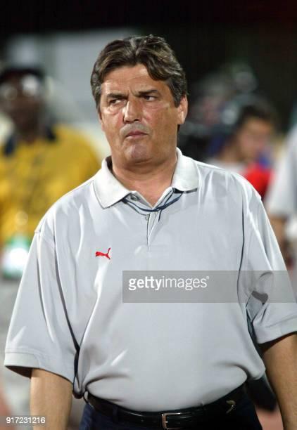 L'entraîneur français de l'équipe de Tunisie Henri Michel attend le début de la rencontre le 21 janvier 2002 au stade Modibo Keita à Bamako contre la...