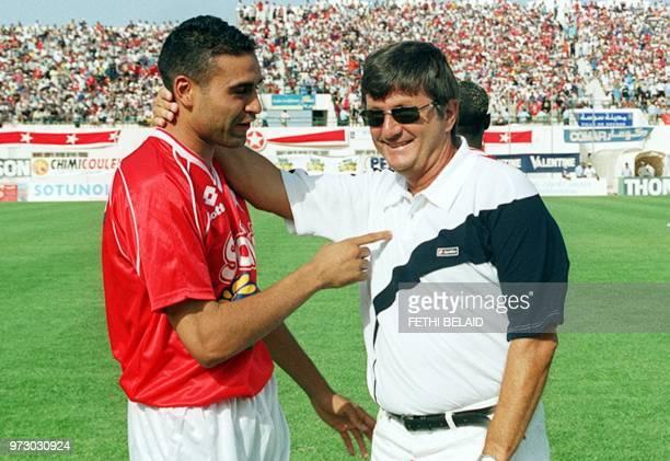 L'entraîneur français de l'équipe tunisienne de l'Etoile Sportive de Sahel Evika Todorov parle le 20 juin 2001 avec son milieu de terrain et ballon...