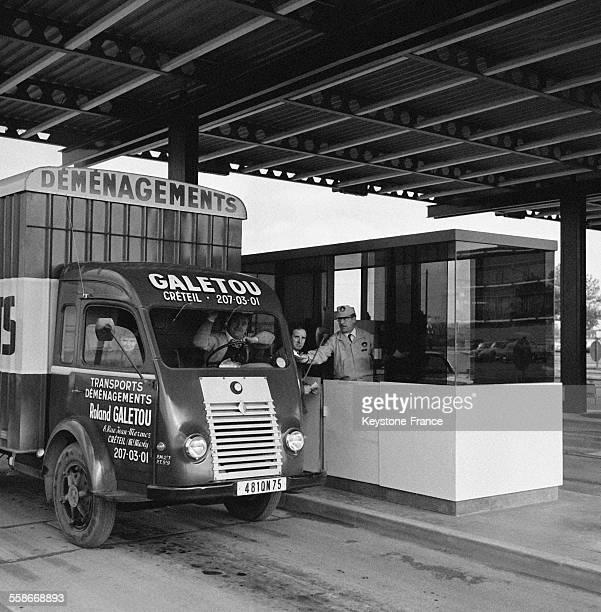 Entrée de la gare routière avec remise au chauffeur de camion un ticket indiquant la place qu'il doit occuper à Rungis France le 26 octobre 1967